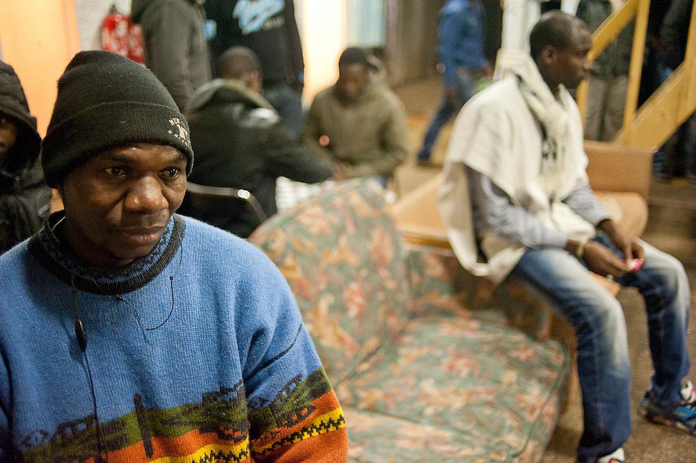 Adama Sissouma, 45 jaar, komt uit Mali. Hij werkt zwart in de bouw. Is de president van het collectief dat het kraakpand beheert. .Sinds 2011 wonen 150 Afrikaanse migranten in een voormalige fabriek in de Parijse voorstand Montreuil, omdat ze illegaal in Frankrijk verblijven, kunnen ze geen woonruimte huren. In het 450 m2 grote pand wonen jonge mannen uit Malië, Ivoorkust, Bukina Faso, Niger.