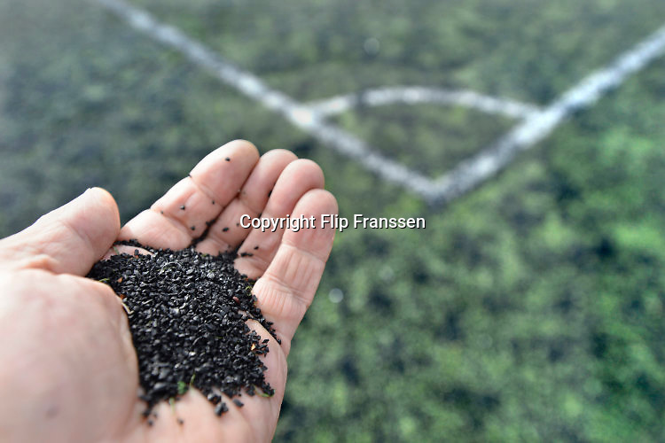 Nederland, Nijmegen, 8-10-2016 Een voetbalveld van kunstgras . De zwarte korrels van gemalen, rubberen autobanden, zijn in opspraak gekomen omdat ze kankerverwekkend zouden zijn. Foto: Flip Franssen