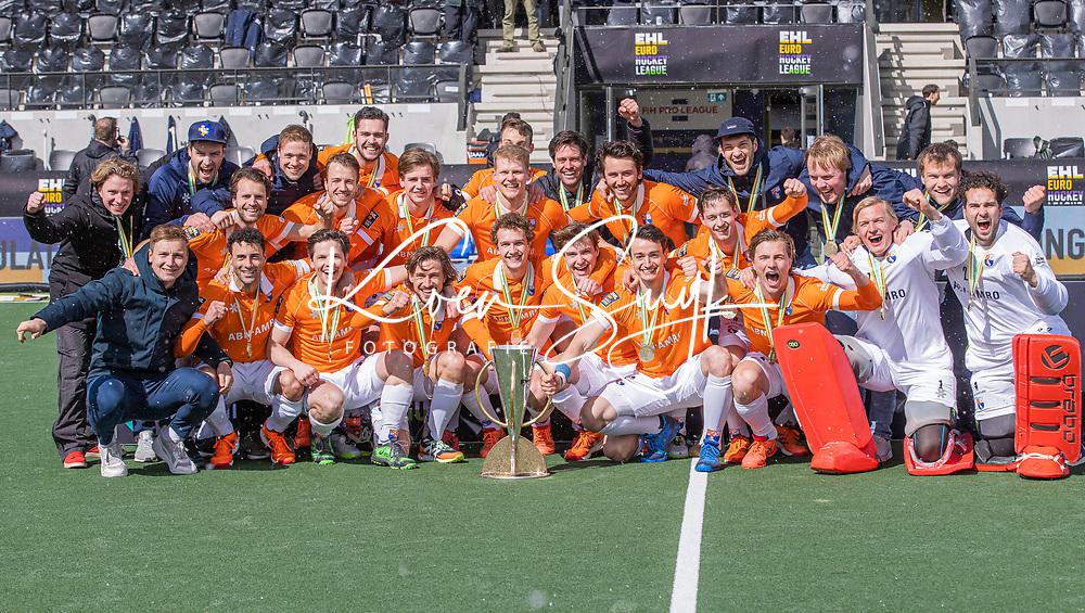AMSTELVEEN -  Het team van Bloemendaal met de cup na   de Euro Hockey League finale mannen, Atletic Terrassa (Sp) - HC Bloemendaal (2-5). midden Glenn Schuurman (Bldaal) met beker. COPYRIGHT KOEN SUYK