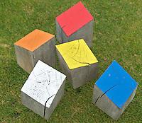 HEELSUM - verschillende kleuren tees op de Heelsumsche GC. FOTO KOEN SUYK