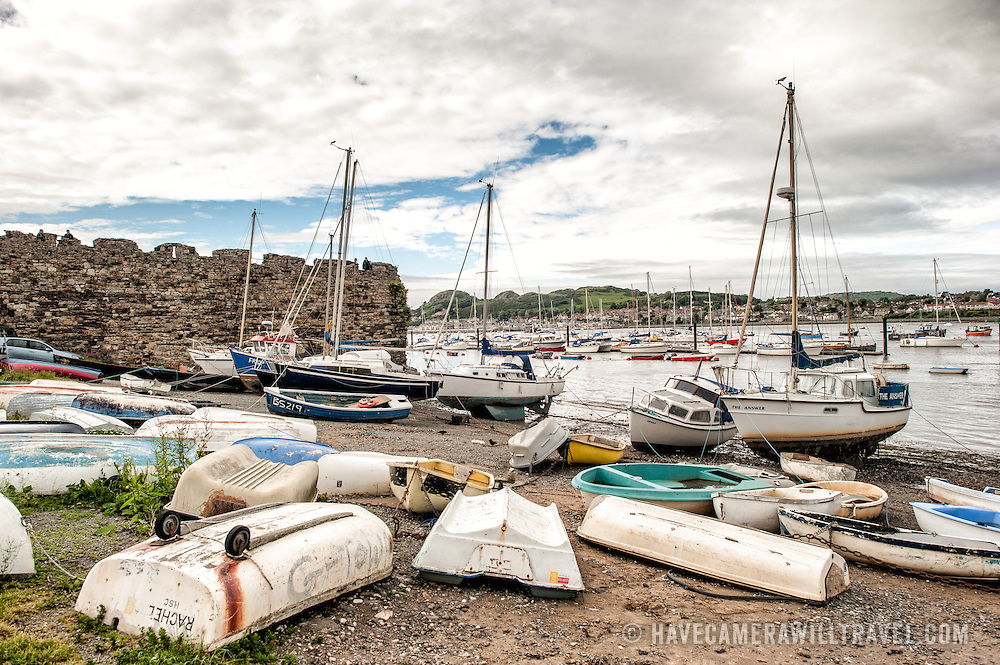 Boats on the gravelly beach in front of the town of Conwy on the River Conwy in northern Wales.