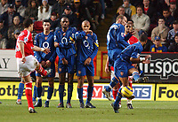 Fotball<br /> Premier League England 2004/2005<br /> Foto: SBI/Digitalsport<br /> 01.01.2005<br /> NORWAY ONLY<br /> <br /> Charlton Athletic v Arsenal<br /> <br /> Charlton'sTalal El Karkouri scores from a free kick as Arsenal's players look on