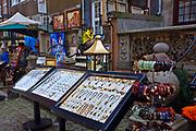 Gdańsk, 2008-06-22. Stoisko z biżuterią, ulica Mariacka - Gdańsk Stare Miasto