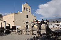 CACHI, IGLESIA SAN JOSE Y NINOS JUGANDO, VALLES CALCHAQUIES, PROV. DE SALTA, ARGENTINA