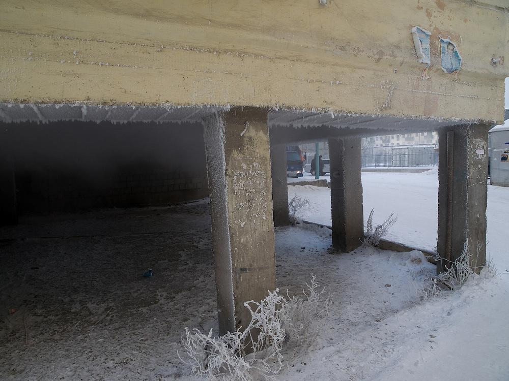 In Jakutsk werden alle Haeuser wegen dem Permafrost Boden auf Stelzen gebaut damit diese im Sommer nicht versinken. Jakutsk wurde 1632 gegruendet und feierte 2007 sein 375 jaehriges Bestehen. Jakutsk ist im Winter eine der kaeltesten Grossstaedte weltweit mit durchschnittlichen Winter Temperaturen von -40.9 Grad Celsius. Die Stadt ist nicht weit entfernt von Oimjakon, dem Kaeltepol der bewohnten Gebiete der Erde.<br /> <br /> All houses in Yakutsk are built on  stilts because of the Permafrost ground. Jakutsk is a city in the Russian Far East, located about 4 degrees (450 km) below the Arctic Circle. It is the capital of the Sakha (Yakutia) Republic (formerly the Jakut Autonomous Soviet Socialist Republic), Russia and a major port on the Lena River. Jakutsk is one of the coldest cities on earth, with winter temperatures averaging -40.9 degrees Celsius.