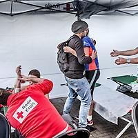 Nederland, Amsterdam, 16 oktober 2016.<br />Een medische hulppost van het Rode Kruis naast het Olympisch stadion geeft hulp aan uitgeputte deelnemers vd TCS Marathon Amsterdam 2016 en laat ze weer even op adem komen na de vermoeiende prestaties.<br />Op de foto: Een uitgeputte deelneemster wordt door haar vriend de hulpverlenerstent van het Rode Kruis binnengebracht.<br /><br /><br /><br />Foto: Jean-Pierre Jans