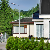 """Nederland, Amstelveen , 28 juli 2011..Woonwsgenkamp aan de Doorweg in Amstelveen..Komende tijd gaat de gemeente Amstelveen woonwagenkampen controleren. Er gaat vooral gekeken worden of bewoners van woonwagens alle belastingen betalen, of de kinderen niet spijbelen en of alle vergunningen in orde zijn. Dit zei wethouder Herbert Raat (VVD, handhaving) donderdag. Volgens Raat is de gemeente de afgelopen jaren te laks geweest met het handhaven van de regels op de kampen. Daardoor betalen de bewoners bijvoorbeeld al enkele jaren geen afvalstoffenheffing of hondenbelasting meer. Dat Amstelveen de boel heeft laten verslonzen, zou onder meer komen doordat een ambtenaar een jaar of tien geleden werd bedreigd. Raat spreekt van ,,een laffe bestuurlijke cultuur"""". Amstelveen heeft vier woonwagenkampen met in totaal 54 woonwagens en ongeveer 170 bewoners..Foto:Jean-Pierre Jans"""