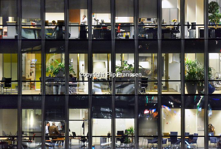 Nederland, Amsterdam, 16-1-2020Serie beelden in de avond van de zuidas en rondweg a10.  Het vinoly gebouw, vinolygebouw, vinoly-gebouw met verschillende huurders waaronder de nederlandse vestiging van google en zicht op de drukke a10 rondweg. Foto: Flip Franssen