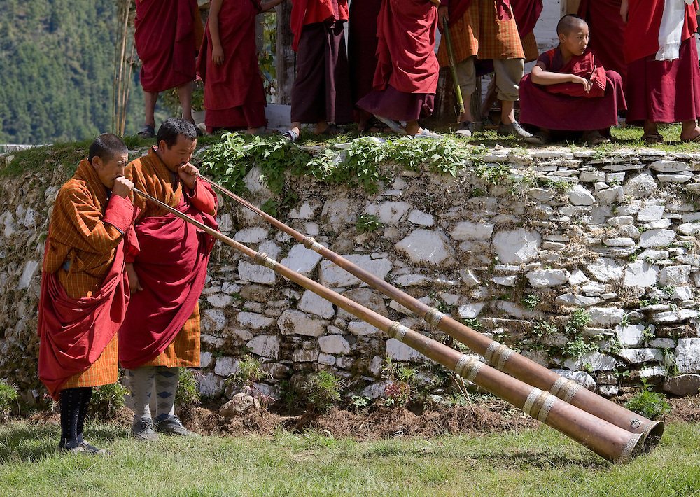 Gangtey Monastery, consecration ceremony; dung (long horns)