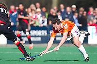 BLOEMENDAAL - Ronald Brouwer (R) van Bloemendaal in duel met Amsterdam-speler Robert Tigges, zondag tijdens de competitie wedstrijd hockey bij de mannen tussen Bloemendaal en Amsterdam (3-1).  COPYRIGHT KOEN SUYK