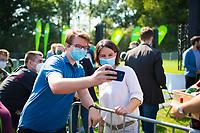 Halle/Saale, 08.09.2021: Wahlkampfveranstaltung von BÜNDNIS 90/DIE GRÜNEN mit der Grünen-Kanzlerkandidatin Annalena Baerbock auf der Ziegelwiese. Die Kanzlerkandidatin bei einem Selfie mit einem Besucher der Veranstaltung.
