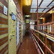 Nederland - Veenhuizen - ( Drenthe ) - 06-08-2009<br /><br />De beruchte gevangenis De Rode Pannen van het gevangeniscomplex in Veenhuizen,<br />sinds 1 augustus  open voor publiek.<br />Onder leiding van een gids kunnen de bezoekers  de Rode Pannen, een gevangenis pal naast het Gevangenismuseum bezichtigen. In de Rode Pannen zaten tot begin 2008 gevangenen die in andere gevangenissen niet te handhaven waren. Het was een gevangenis met een extra streng regime. De Rode Pannen wordt nu nog regelmatig door justitie gebruikt voor diverse oefeningen.<br />Het complex ligt erbij zoals het was na vertrek van de laatse gedetineerde.<br />Wel zijn enkele cellen realistisch ' ingericht'.<br />Foto: Sake Elzinga
