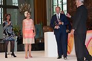 Koningin Maxima is aanwezig bij de uitreiking van de Familiebedrijven Award. Deze prijs wordt jaarlijks door de Stichting Familie Onderneming uitgereikt aan het beste familiebedrijf in Nederland. <br /> <br /> Queen Maxima was present at the presentation of the Family Business Award. This prize is awarded annually by the Foundation for Family Enterprise at the best family business in the Netherlands.<br /> <br /> Op de foto / On the photo:  Familiebedrijf Koninklijke De Heus uit Ede is verkozen tot 'Familiebedrijf van het Jaar 2015'. Koningin Maxima poseert met winnaars Co en Koen de Heus (L) en juryvoorzitter John Fentener van Vlissingen <br /> <br /> Family company Royal De Heus from Ede has been voted 'Family Business of the Year 2015'. Queen Maxima poses with winners Co. and Koen de Heus (L) and jury chairman John van Vlissingen