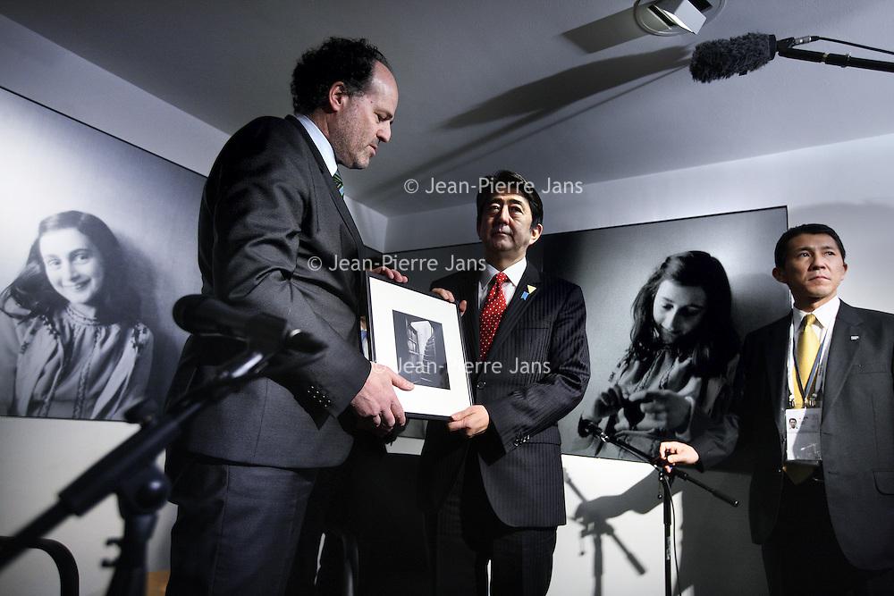 Novum:Nederland:Amsterdam , 23 maart 2014.<br /> De Japanse premier Shinzo Abe is zondagmiddag aangekomen bij het Anne Frank Huis in Amsterdam. Abe besloot het museum aan de Prinsengracht te bezoeken in verband met de vernieling van honderden boeken van en over Anne Frank in Tokyo vorige maand.<br /> Abe shaking hands with general manager of the museum  Ronald Leopold.<br /> De Japanse premier is in Nederland vanwege de top over nucleaire beveiliging die maandag en dinsdag plaatsvindt in Den Haag.<br /> Japanese Prime Minister Shinzo Abe visited the Anne Frank House in Amsterdam. Abe decided to visit the museum in connection with the destruction of hundreds of books by and about Anne Frank in Tokyo last month.<br /> <br /> The Prime Minister is one of the paricipants of the Nuclear Security Summit in The Hague the Netherlands is hosting.<br /> Foto:Jean-Pierre Jans