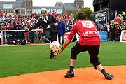 Koning Willem-Alexander heeft op het Museumplein in Amsterdam tegenover het Rijksmuseum het wereldkampioenschap voetbal voor dak- en thuislozen geopend. <br /> <br /> King Willem-Alexander on the Museumplein in Amsterdam, opposite the Rijksmuseum opened the World Cup for the homeless.<br /> <br /> Op de foto / On the photo: Eberhard van der Laan, burgemeester van Amsterdam neemt een penalty  /// Eberhard van der Laan, mayor of Amsterdam takes a penalty