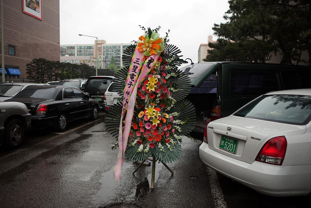 Ein grosses Blumengesteck wird in der Naehe des Express Bus Terminal im Zentrum der koreanischen Hauptstadt Seoul verladen.<br /> <br /> A big floral arrangement during loading to a car close to the Express Bus Terminal in the city center of the Korean capital Seoul.