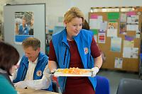 DEU, Deutschland, Germany, Berlin, 18.12.2019: Bundesfamilienministerin Dr. Franziska Giffey (SPD) hilft beim Obsalat schnippel in der Bahnhofsmission am Zoologischen Garten.