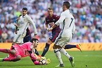 Eibar's Asier Riesgo and Real Madrid's Cristiano Ronaldo during the match of La Liga between Real Madrid and SD Eibar at Santiago Bernabeu Stadium in Madrid. October 02, 2016. (ALTERPHOTOS/Rodrigo Jimenez)