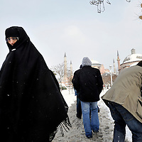 Istanbul, Turkey 18 February 2008<br /> A woman walks towards the Blue Mosque in a winter scene of the city.<br /> Photo: Ezequiel Scagnetti