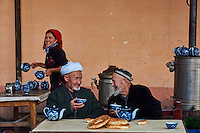 Ouzbekistan, region de Fergana, Marguilan, hommes ouzbeks dans une Tchaikhana, maison de thé traditionnelle // Uzbekistan, Fergana region, Marguilan, Uzbek men in a Tchaikhana, traditional tea house
