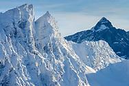 Die vereisten NW-Wände des Piz Forbesch (3262) an einem schönen Wintertag im Januar gesehen von den Flanken des Piz Martegnas (2670) im Skigebiet von Savognin im mittelbündischen Oberhalbstein. Im Hintergrund der Piz Platta (3392)