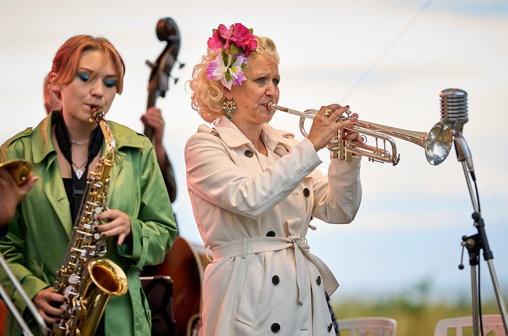 2021-06-30 BÅSTAD<br /> Tid: 18:32<br /> Gunhild Carling inledde sin europaturné med en spelning på Pepes Bodega i Båstad.<br /> <br /> <br />  ***betalbild***<br /> <br /> Foto: Peo Möller<br /> <br /> Båstad, Gunhild Carling, Carling Family, konsert, musiker, artist, scen, utomhus, sommarkonsert, europaturné, premiär, Idun Carling