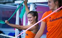 LONDEN - Kelly Jonker (Ned) doet rekoefeningen  voor de training in het Lee Valley Hockeystadium bij het  wereldkampioenschap hockey voor vrouwen. Het Nederlands elftal maakt zich op voor de kwartfinale .  COPYRIGHT KOEN SUYK