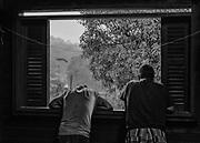 Saint-Elie, Guyane, 2015.<br /> <br /> Saint-Elie est un des plus anciens villages de l'intérieur guyanais, créé par l'orpaillage au XIXe siècle. Pratiquement déserté et très fortement enclavé, Saint-Élie a connu sa période de gloire avec la saga de l'orpaillage illégale au début des années 2000. Plusieurs centaines de clandestins Brésiliens s'y installent. Le bourg devient hors de contrôle. En 2008, l'opération Harpie menée par les Forces Armées en Guyane oblige les clandestins à quitter les lieux et 22 commerçants de Saint-Élie sont appelés à comparaître pour complicité d'orpaillage illégal. Saint-Élie devient un village fantôme avec ses 38 électeurs inscrits mais installés pour la large majorité sur le littoral guyanais. De fait une dizaine de personnes vivent aujourd'hui sur place : cinq gendarmes mobiles qui se relaient toutes les deux semaines et veillent à ce qu'aucun clandestin ne s'installe, au moins deux agents municipaux permanents, un brésilien et un unique commerçant qui attend le retour des clandestins. Si le territoire de la commune s'étend sur 5680 km2, le bourg de Saint-Elie bâti à flanc de colline et assoupi sur un gisement d'or n'est plus propriétaire de l'intégralité de son foncier. Le village est maintenant cerné par des opérateurs miniers légaux. <br /> <br /> L'actuelle équipe à la tête de la mairie s'attache à entretenir au mieux les espaces municipaux pour que le village continue d'exister. Une société privée détache sur place une équipe d'agents de nettoyage qui, comme les gendarmes, se relaient toutes les deux semaines pour tondre les pelouses de la bourgade oubliée.