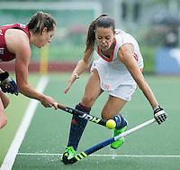 AMSTERDAM - Hockey - Michelle van der Pols (Neth) met Giselle Ansley (GB) Interland tussen de vrouwen van Nederland en Groot-Brittannië, in de Rabo Super Serie 2016 .  COPYRIGHT KOEN SUYK