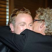 NLD/Amsterdam/20061030 - CD presentatie en modeshow Gordon, Gordon word huilend gefeliciteerd door broer John