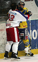 Ishockey   14  november   2006  - GET ligaen<br /> Hamar OL-Amfi    <br /> Foto: Dagfinn Limoseth, Digitalsport <br /> Storhamar  v  Vålerenga (4-5 etter straffeslag)<br /> <br /> Teemu Kohvakka, Storhamar og Christian Cartier , Vålerenga i litt knuffing
