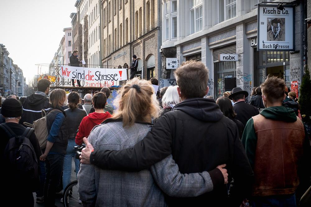 Proteste gegen Verdrängung des Buchladens Kisch & Co in der Oranienburger Straße 25 in Berlin Kreuzberg, zwei Tage vor dem Gerichtstermin im Räumungsprozess. Der Mietvertrag des Buchladens ist Ende Mai 2020 ausgelaufen. Laut Aussagen der Mieter haben die Vermieter dem Buchladen ein Angebot gemacht, den Mietvertrag bis Ende des Jahres zu verlängern, wenn die Mieter sich verpflichten, dann die Räume zu verlassen und sich in verschiedenen Medien positiv über den Vermieter zu äußern. Anderen Gewerbemietern des Hauses wurden Mietsteigerungen von 13 € auf 38 €/qm angekündigt. Berlin, Deutschland, 20.04.2021.<br /> <br /> [© Christian Mang - Veroeffentlichung nur gg. Honorar (zzgl. MwSt.), Urhebervermerk und Beleg. Nur für redaktionelle Nutzung - Publication only with licence fee payment, copyright notice and voucher copy. For editorial use only - No model release. No property release. Kontakt: mail@christianmang.com.]