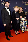 Premiere Bankier van het Verzet in DeLaMar, Amsterdam.<br /> <br /> Op de foto:  Prinses Margarita en Tjalling ten Cate met prinses Beatrix
