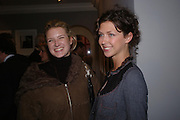 Fiona Scarry and Margot Stilley. Robert Mapplethorpe exhibition curated by David Hockney. Alison Jacques Gallery. clifford St. London. 13 January 2005.  ONE TIME USE ONLY - DO NOT ARCHIVE  © Copyright Photograph by Dafydd Jones 66 Stockwell Park Rd. London SW9 0DA Tel 020 7733 0108 www.dafjones.com