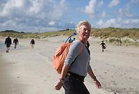 VLIELAND - (model released) Wandelen op het strand van Vlieland.ANP COPYRIGHT KOEN SUYK