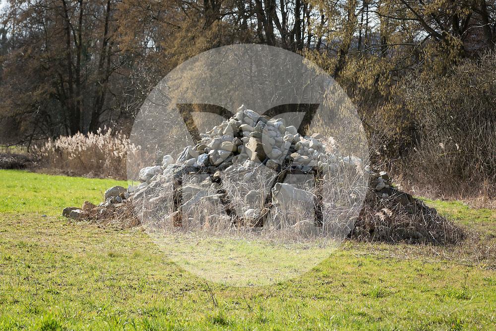 SCHWEIZ - MEISTERSCHWANDEN - Ein Steinhaufen in der Naturschutzzone am Hallwilersee - 22. Februar 2016 © Raphael Hünerfauth - http://huenerfauth.ch