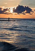 VLIELAND - Zonsondergang met visser aan het strand aan de Noordzee op Vlieland.ANP COPYRIGHT KOEN SUYK