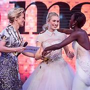NLD/Amsterdam/20161025 - finale Holland Next Top model 2016, presentatrice Anouk Smulders - Voorveld, winnares Akke Marije Marinus en model Colette Kanza