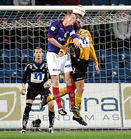 Fotball<br /> Tippeligaen Eliteserien<br /> Ullevaal Stadion 24.09.06<br /> Foto: Kasper Wikestad<br /> <br /> Vålerenga VIF - IK Start<br /> Tom Henning Hovi og Bård Borgersen i duell . Bak debutant Tommy Runar