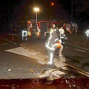 Ongeval Crailoseweg - Nw. Bussummerweg Huizen, brandweer reinigt wegdek met korrels
