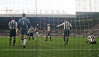 Photo: Andrew Unwin.<br /> Newcastle United v West Ham United. The Barclays Premiership. 20/01/2007.<br /> Newcastle look dejected as they concede their first goal.
