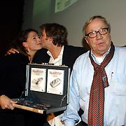 NLD/Amsterdam/20060309 - Uitreiking speciale DVD Baantjer ondertiteld voor doven aan dove actrice Suzanne Davina, Victor Reinier en Piet Römer