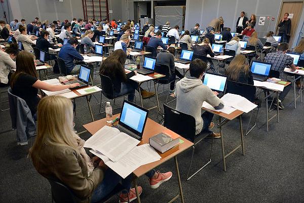 Nederland, Ubbergen, 13-5-2014Eindexamen Nederlands op de HAVO Notre Dame des Anges. Het examen wordt geheel met de laptop computer afgenomen. Nadat de opgaven uit de kluis zijn gehaald worden ze voor de ogen van de leerlingen geopend en vervolgens uitgedeeld. Foto: Flip Franssen/Hollandse Hoogte