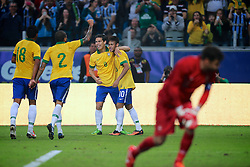 Daniel Alves, Paulinho, Hernanes e Neymar comemoram no amistoso entre Brasil e França no estádio Arena do Grêmio, em Porto Alegre (RS). FOTO: Jefferson Bernardes/Preview.com