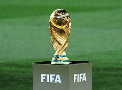 11.07.2010, Soccer-City-Stadion, Johannesburg, RSA, FIFA WM 2010, Finale, Niederlande (NED) vs Spanien (ESP) im Bild der FIFA Welmeisterschafts Pokal, der 1971 vom Italiener Silvio Gazzaniga entworfene und 1973 von der bekannten Gold- und Silberschmiede Werkstatt Bertoni aus Mailand hergestellte Pokal, vor dem Finalspiel, Feature, EXPA Pictures © 2010, PhotoCredit: EXPA/ InsideFoto/ Perottino *** ATTENTION *** FOR AUSTRIA AND SLOVENIA USE ONLY! / SPORTIDA PHOTO AGENCY