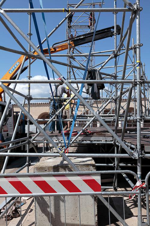 building of a temporary podium