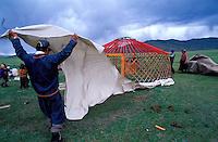 Mongolie - Province d'Arkhangai - Montage d'une yourte - Nomades