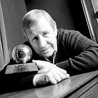 """Fotball<br /> Foto: Colorsport/Digitalsport<br /> NORWAY ONLY<br /> <br /> 29.10.2002  <br /> <br /> Fußballlegende Raymond Kopa (Frankreich) mit dem Ballon d Or, der Auszeichnung zum """"Besten Spieler des Jahres"""" (1958)"""