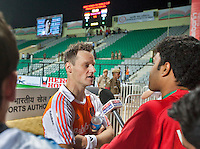 NEW DELHI -  Taeke Taekema staat de Indiase pers te woord, zondag na de poulewedstrijd Nederland-Duitsland (2-2),  bij het WK Hockey 2010 voor mannen in New Delhi.
