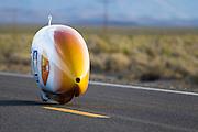 De VeloX3 van het Human Power Team Delft en Amsterdam tijdens de tweede westrijddag van de WHPSC. In Battle Mountain (Nevada) wordt ieder jaar de World Human Powered Speed Challenge gehouden. Tijdens deze wedstrijd wordt geprobeerd zo hard mogelijk te fietsen op pure menskracht. Ze halen snelheden tot 133 km/h. De deelnemers bestaan zowel uit teams van universiteiten als uit hobbyisten. Met de gestroomlijnde fietsen willen ze laten zien wat mogelijk is met menskracht. De speciale ligfietsen kunnen gezien worden als de Formule 1 van het fietsen. De kennis die wordt opgedaan wordt ook gebruikt om duurzaam vervoer verder te ontwikkelen.The VeloX3 of the Human Power Team Delft and Amsterdam at the second day at the WHPSC. In Battle Mountain (Nevada) each year the World Human Powered Speed Challenge is held. During this race they try to ride on pure manpower as hard as possible. Speeds up to 133 km/h are reached. The participants consist of both teams from universities and from hobbyists. With the sleek bikes they want to show what is possible with human power. The special recumbent bicycles can be seen as the Formula 1 of the bicycle. The knowledge gained is also used to develop sustainable transport.